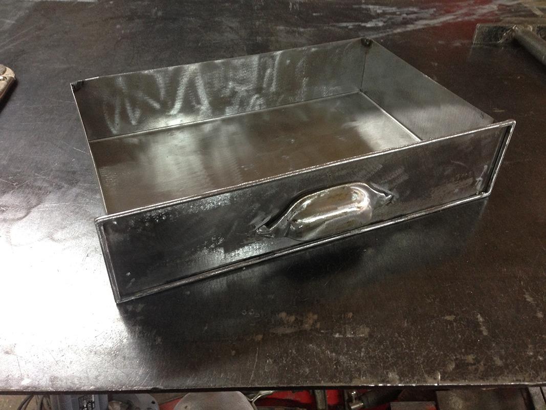 Cr ation d 39 un petit meuble m tallique tiroirs retro for Meuble metallique a tiroir
